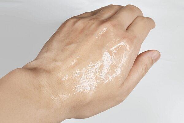 フレイスラボ ホワイトVCセラムは塗布後もしっとり感が続き保湿効果を感じる
