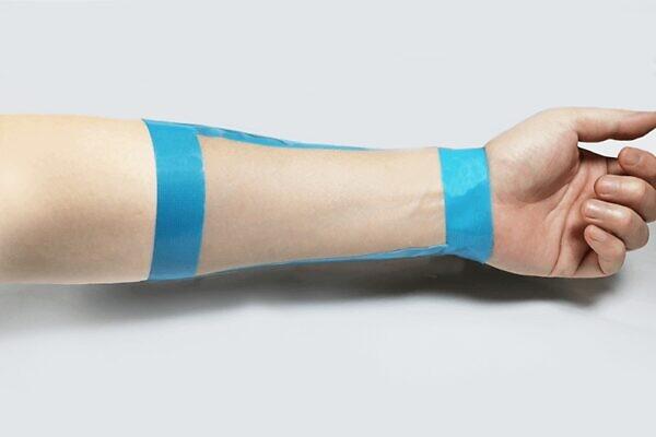 フレイスラボ ホワイトVCセラムはたった2滴で前腕の半分以上に塗れる伸びの良さ