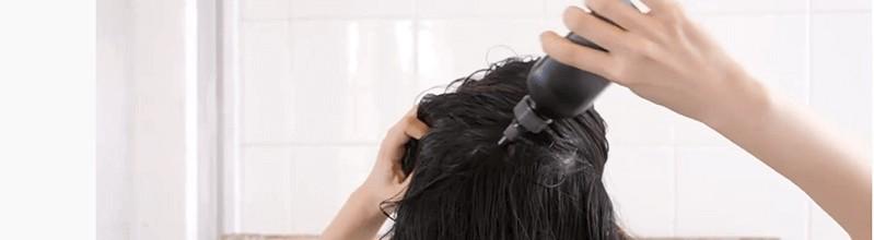 トリコレ(Tricore)温感ヘッドスパトリートメントの使い方:④頭皮に行き渡るように髪をかき上げる