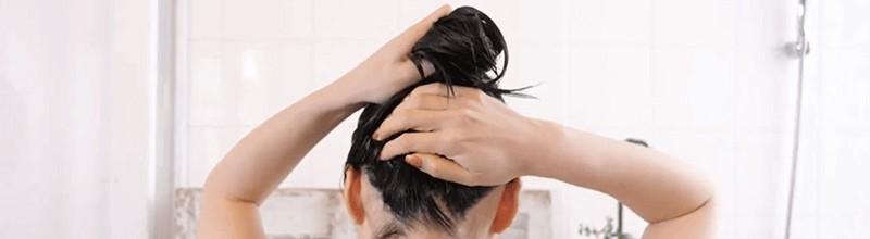 トリコレ(Tricore)温感ヘッドスパトリートメントの使い方:⑦ロングヘアは頭頂部で髪をまとめるとトリートメントが全体に行き渡る